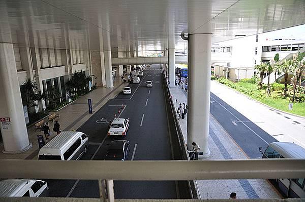 連接那霸機場國內線以及單軌列車空港駅的天橋上