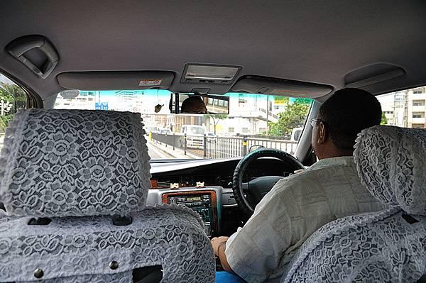 搭計程車去機場!