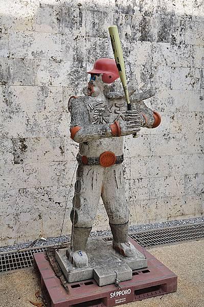 機場外的棒球員塑像