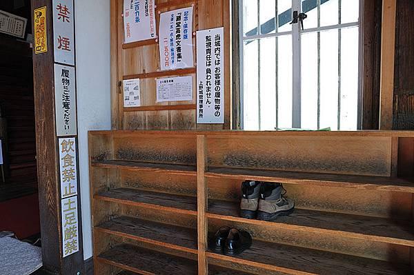上野城內部參觀之前必須先脫鞋