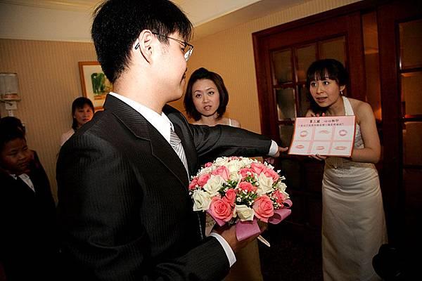 第二題:找出新娘的唇印是哪個?