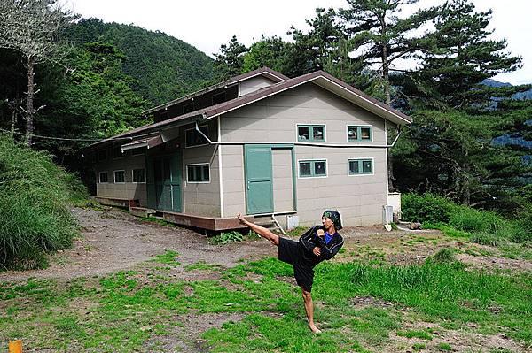 在山上練跆拳有100倍重力場的效果XD