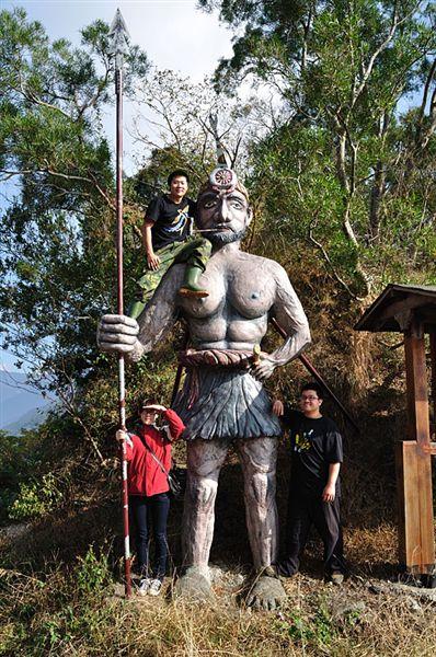 和路邊的原住民大雕像合照!