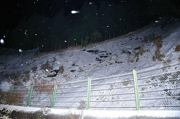 整片積雪的山壁!