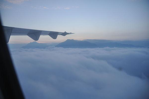 這些在雲海中的小島應該就是台灣的山脈了