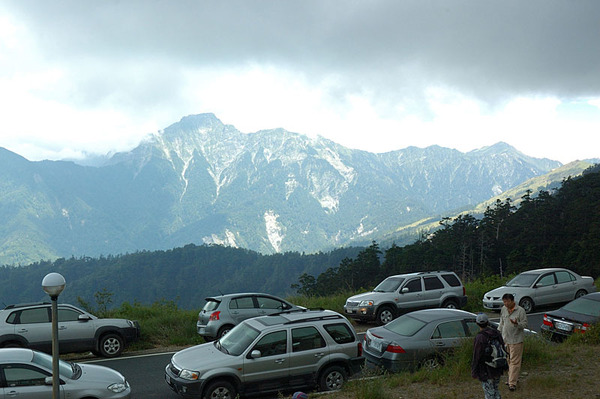 遠方的奇萊東峰和主峰
