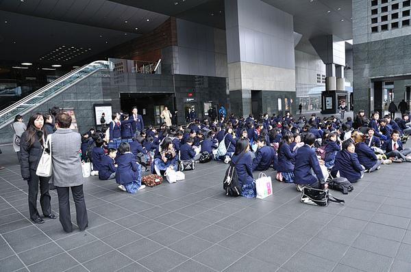 從京都車站前路過的時候遇上了一群中學生
