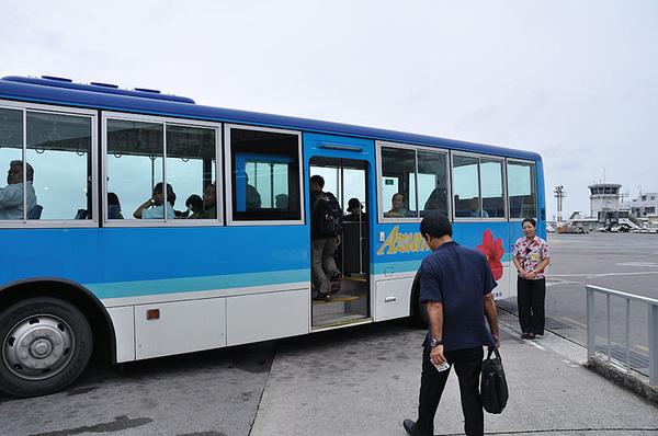 搭上機場接駁巴士...