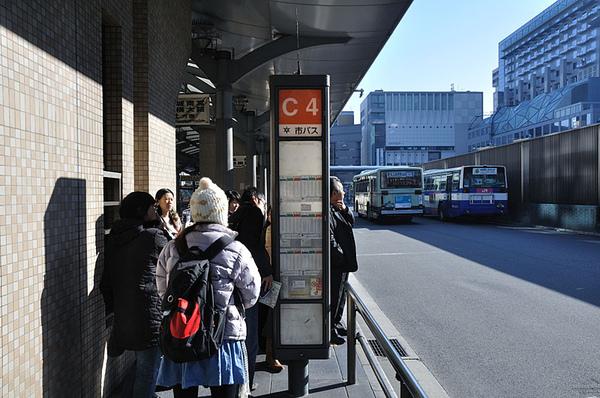 等公車...