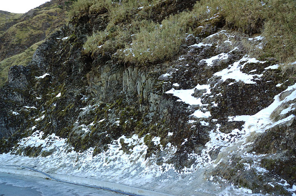 山頂附近一段路的路邊都結冰了!!