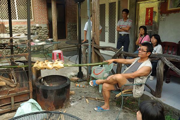開元農場許大哥正在用竹子來烤雞