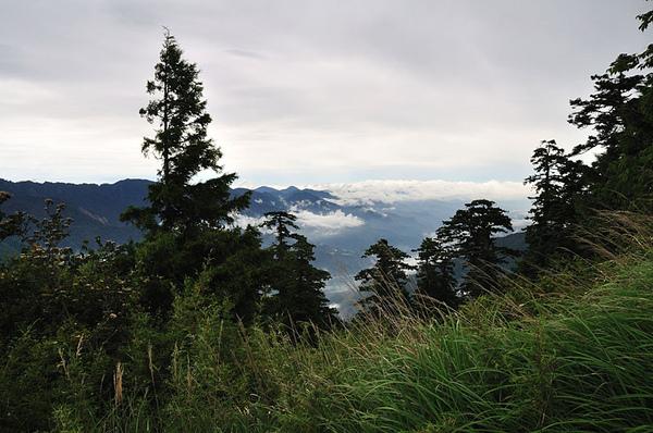 快到多加屯小鋁屋前回頭拍攝聖稜線