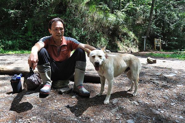 豹哥和小白在登山口的合照