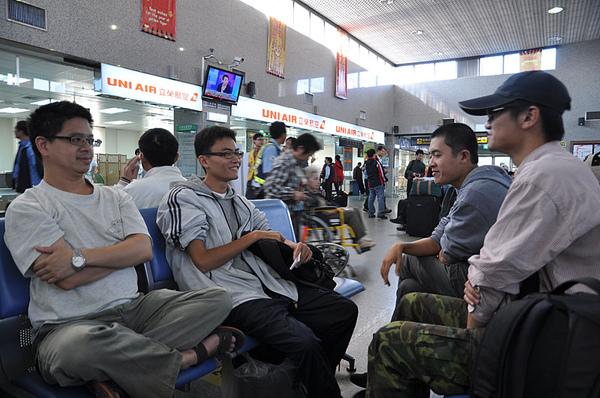在機場等待候補機位...