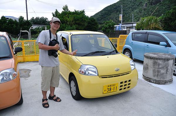 離港口不遠的渡嘉敷村內有家アロハレンタ企画(Aloha-renta Planning)可供租車