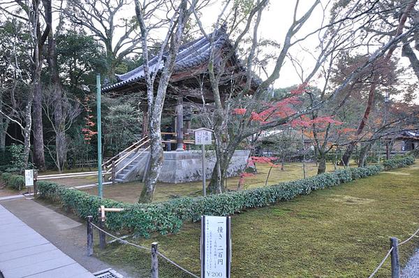 左側還有個敲一次兩百日圓的鐘樓…