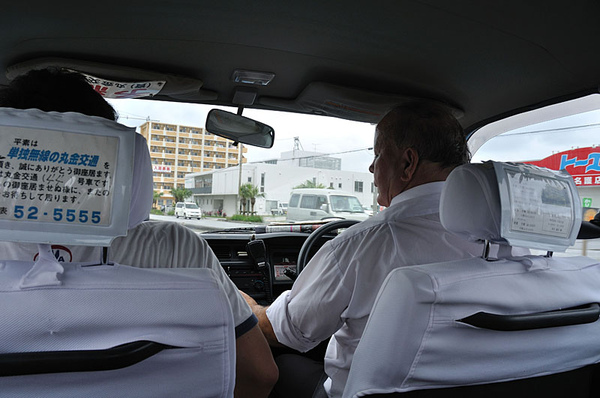 搭上計程車前往另一家租車行