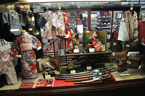 賣些傳統服裝飾品和武士刀