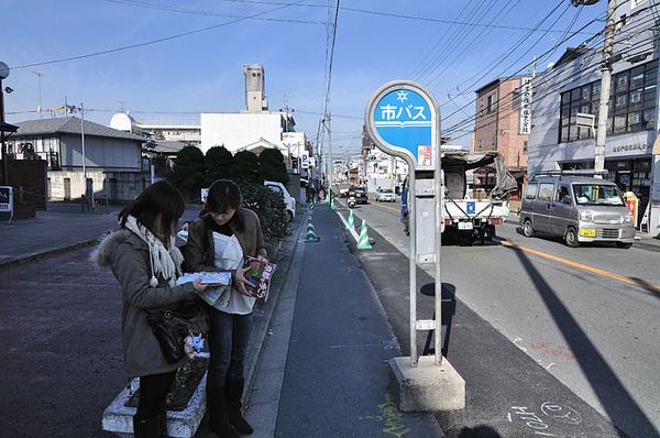 和台灣一樣到來時公車站的對面就可以搭到往回的方向了~
