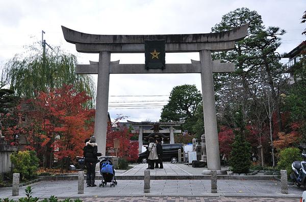 剛好在等紅綠燈的時候停到了「晴明神社」前面