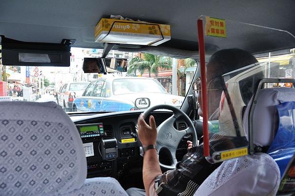 搭上計程車要去那霸機場了!!
