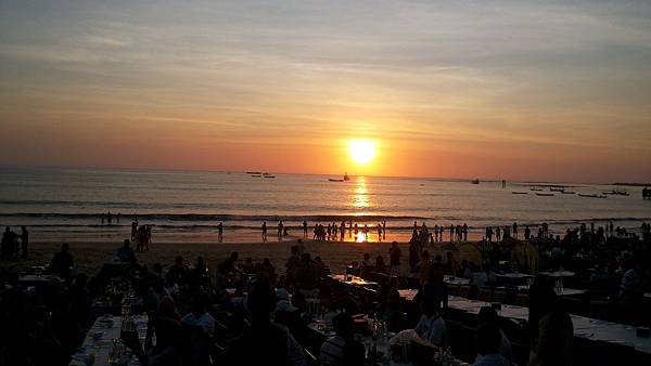 Sunset-while-dinner-at-Jimbaran-bay-Bali-Hello-Travel-14.jpg