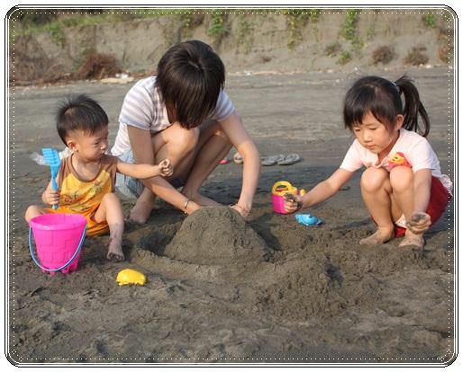海邊玩沙戲水 (1)