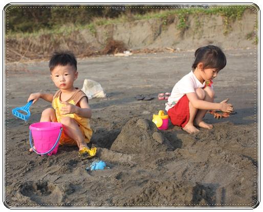 海邊玩沙戲水 (2)