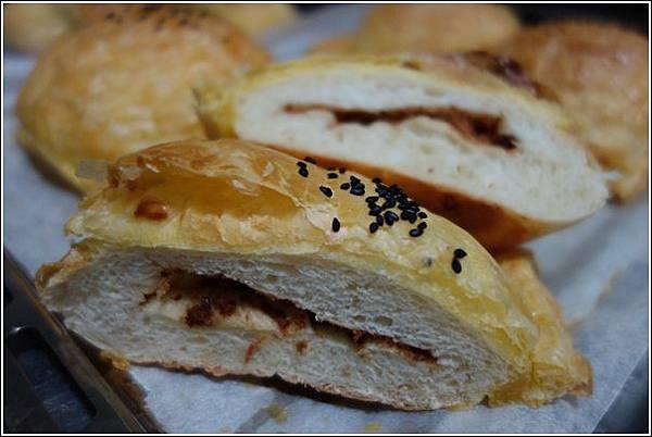 起酥肉鬆麵包 (1)
