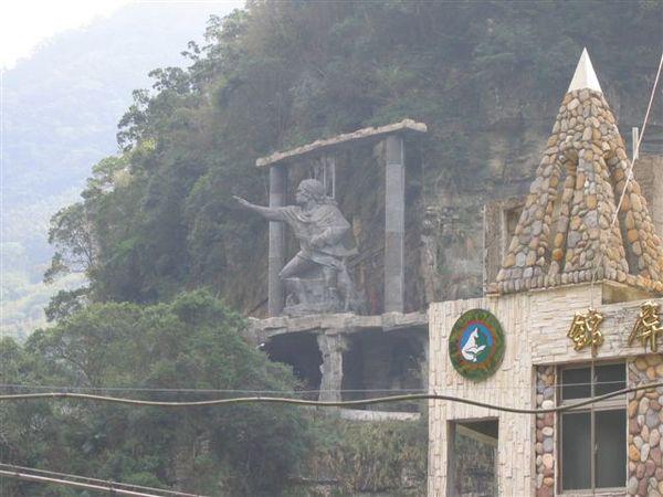 錦屏教會加上勇士石雕