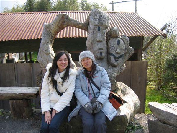 彼此相愛的木雕
