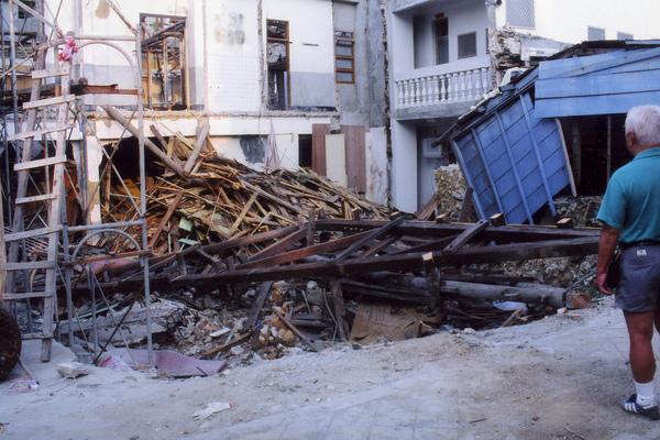 在看拆房子的阿公.jpg