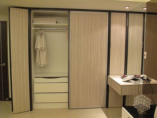 台中系統櫃 衣櫃設計 鋁框滑門設計 臥室設計  衣櫃收納訂製家具