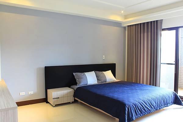 臥室設計 居家裝潢 裝潢風水 系統櫃設計 鋁框推拉門設計 (1).JPG