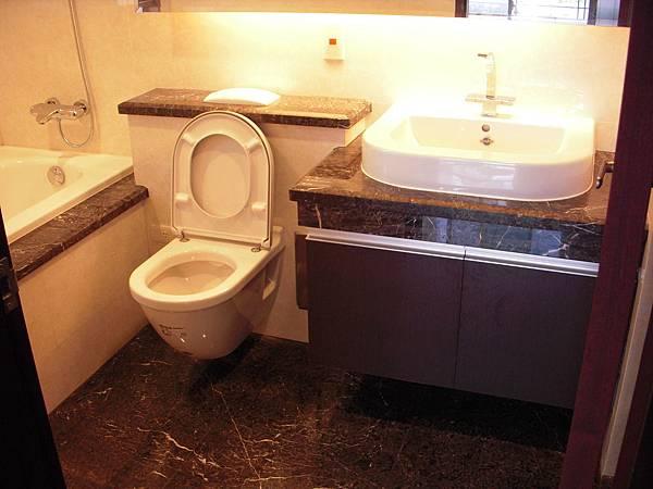 主臥浴室收納櫃.JPG