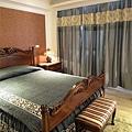 台中室內設計 臥室設計 天花板裝潢 衣櫃鋁框門 (11).jpg