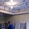 一樓天花板角材施工中.jpg