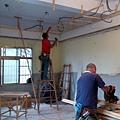 一樓客廳區天花板角材施工.jpg