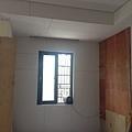 電視牆左側天花板封板完成 預留窗簾盒.jpg