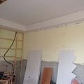電視牆右側天花板封板完成.jpg
