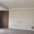 電視牆封板完成 左側造型牆面木皮貼附施工完成.jpg