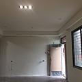 玄關入口上方天花板待挖燈具孔.jpg