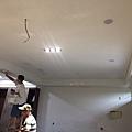 天花板進行油漆施工.jpg