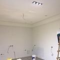 客廳天花板燈具挖孔完成.jpg