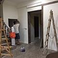 牆面油漆塗刷施工中.jpg