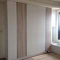 登陽廊香 主臥室系統衣櫃門片安裝完成.jpg