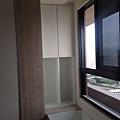 登陽廊香 主臥室臥榻櫃側邊收納櫃安裝進度.jpg