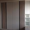 登陽廊香 主臥室空間系統衣櫃及右側收納櫃安裝完成.jpg