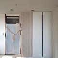 登陽廊香 主臥室空間 入口右側系統收納衣櫃安裝完成.jpg