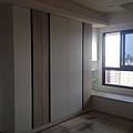 登陽廊香 主臥室空間 系統衣櫃組裝完成.jpg